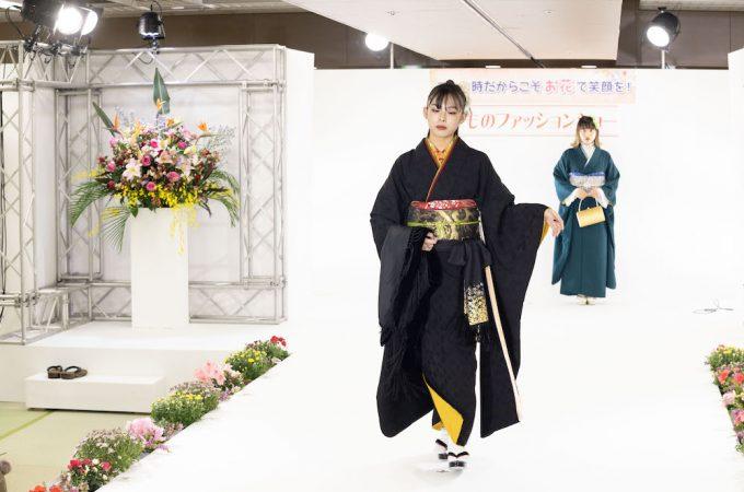 きもの紀行in浅草 2020 ファッションショー 黒い無地振袖をかっこよく着こなされたお客様モデル
